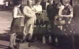 Dames in de rij voor melkventer Johan Reilink