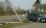 Automobilist ramt lantaarnpaal