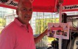 Eerste exemplaar Schoolfeestkrant voor Hennie Smit