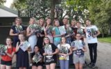 Afzwaaiende leerlingen groep 8 danken leerkrachten KBS De Albatros
