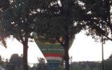 Luchtballon landt op atletiekbaan