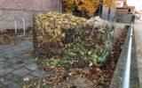 Korven voor blad van gemeentelijke bomen in eigen tuin
