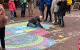 Grotestraat krijgt kleur op Stoepkrijtdag