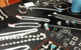 Nepalese zilversmid bij Wereldwinkel