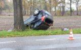 Automobiliste slaat over de kop en belandt in de sloot