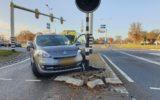 Automobiliste botst op verkeerslicht