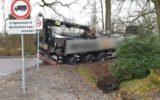Vrachtwagen zakt weg in berm Gondalaan