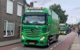 Lang lint van toeterende trucks door Goor